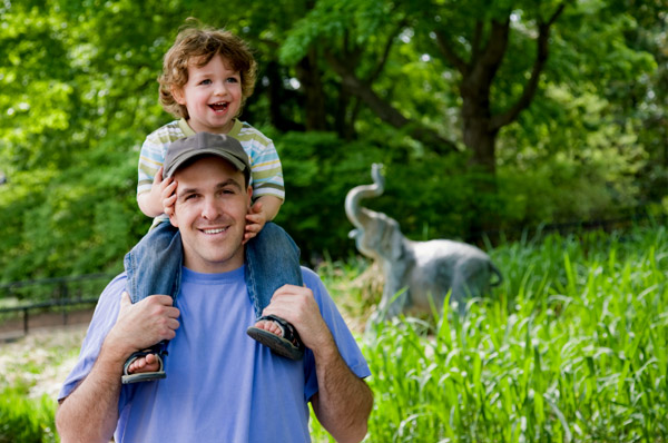 toddler-at-zoo-dad_b6mrch